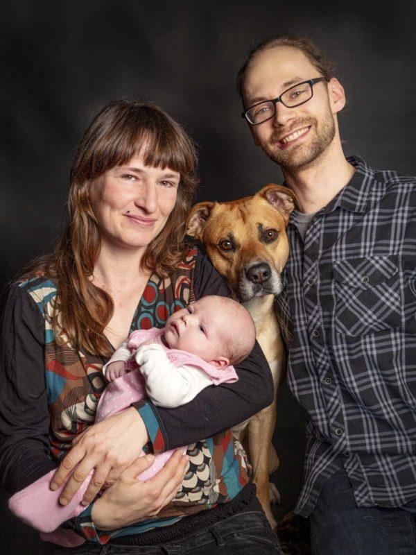 familienshooting leipzig fotograf mit Baby und Hund