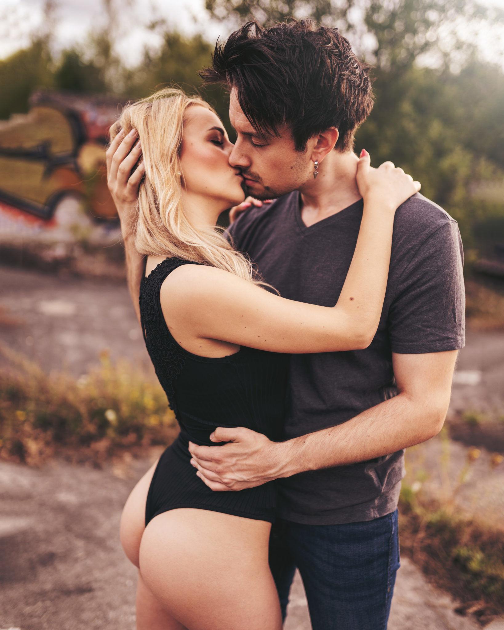 Sexy Body und leidenschaftlicher Kuss