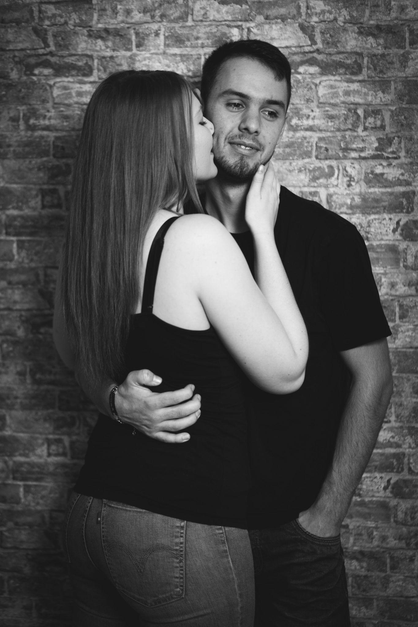 Paarshooting Leipzig Fotograf - lässige Pose mit Kuss auf die Wange