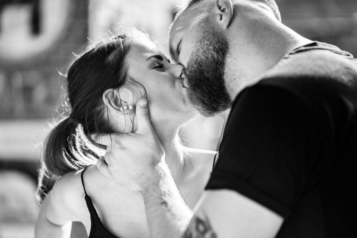 Paarshooting Leipzig Fotograf leidenschaftlicher Kuss