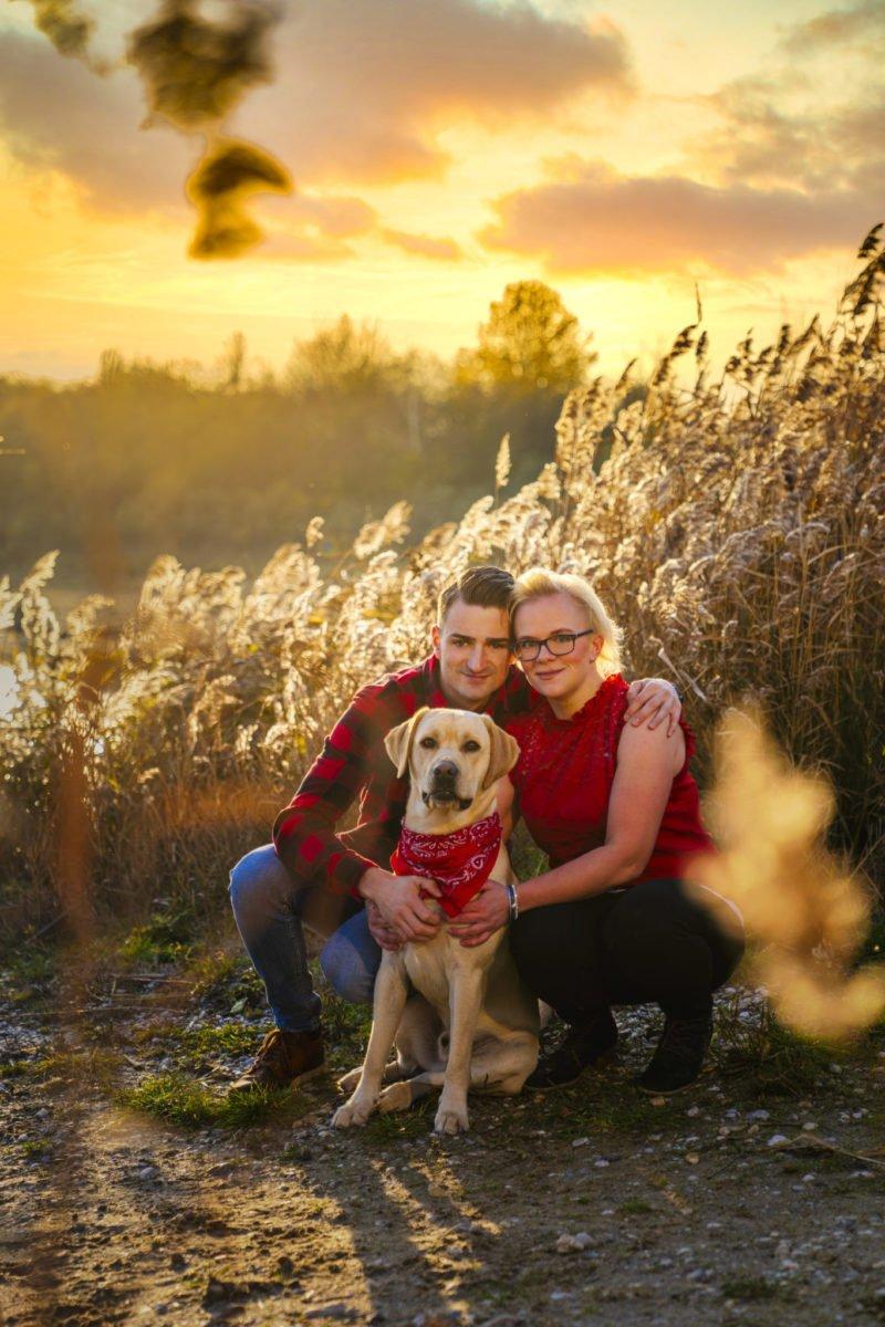 Paarshooting im Sonnenuntergang mit dem Hund