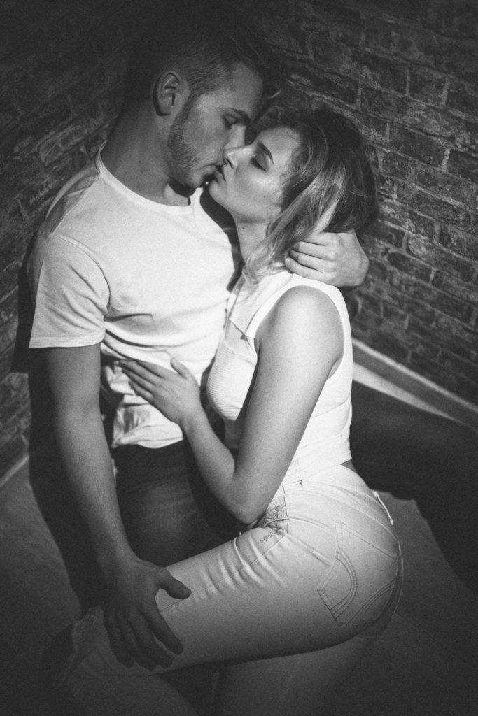 Paarshooting Leipzig Fotograf - Liegepose mit Kuss in der Ecke
