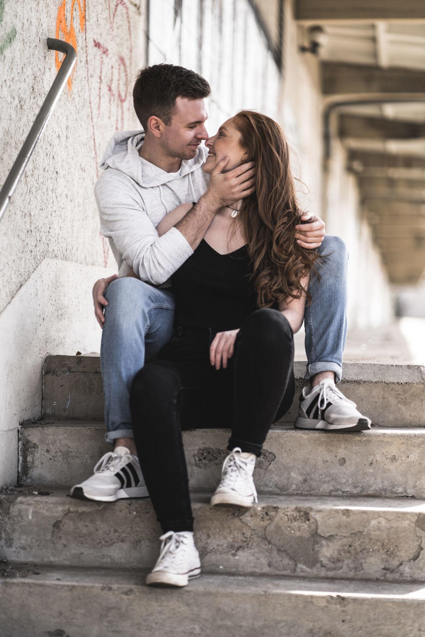 Paarshooting Leipzig Fotograf - Auf der Treppe an einer alten Verladerampe