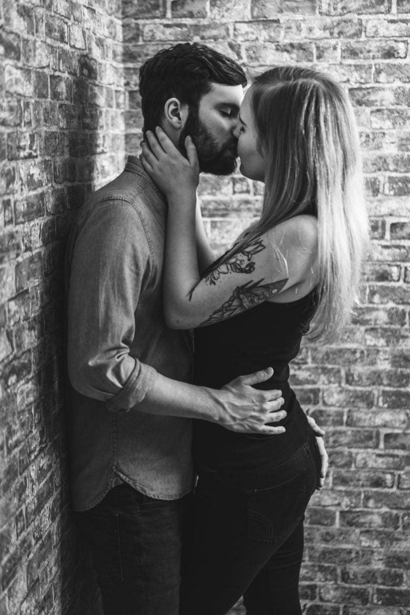 Paarshooting Leipzig Fotograf - am Kopf festhalten beim Küssen