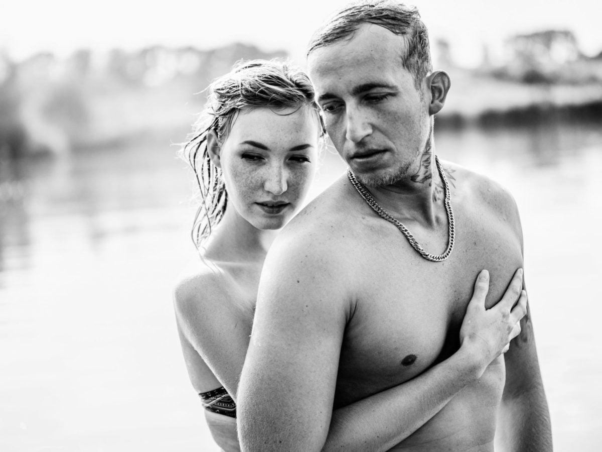 Paarshooting Leipzig Fotograf - im Wasser schwarz weiß